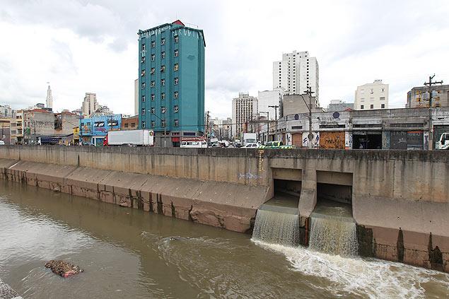 Desembocadouro do riacho Anhangabaú, SP  Crédito: Moacyr Lopes Júnior/FolhaPress