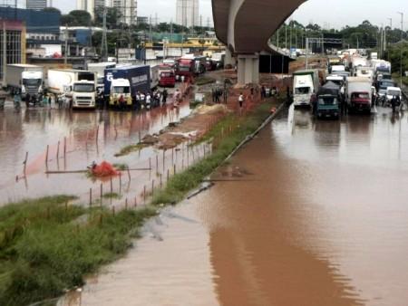 SP - Avenida marginal do rio Tietê by Rodrigo Coca