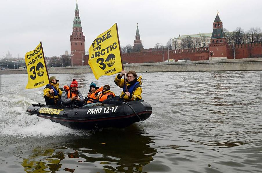 Greenpeace navegando no Rio Moscova Crédito: Vasily Maximov, AFP