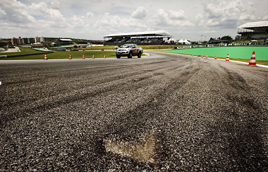 Interlagos ― Cuidado, buraco na pista! Crédito: Eduardo Knapp, Folhapress