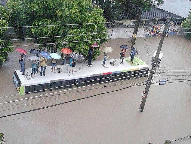 Parece cheio, mas cabe mais água by Marcella Nunes, Facebook/RioWaterPlanet