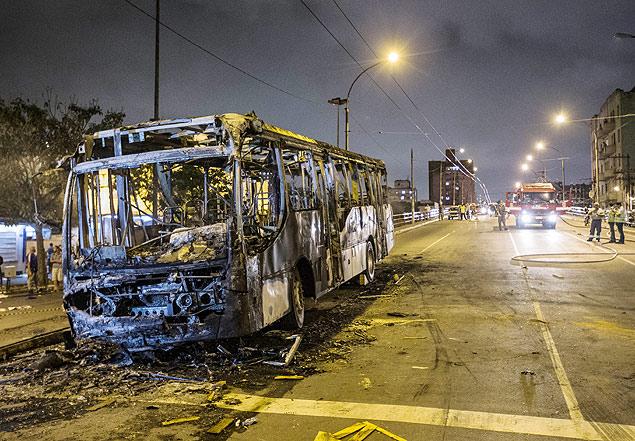 Ônibus destruído by Eduardo Anizelli, Folhapress