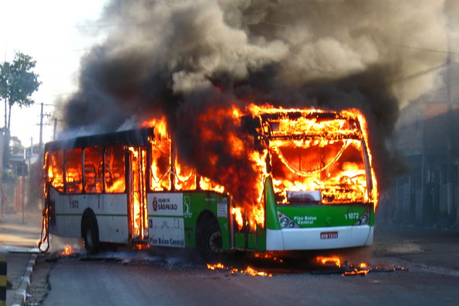 São Paulo: ônibus incendiado por retardados mentais