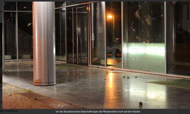 Embaixada do Brasil em Berlim atacada com paus e pedras