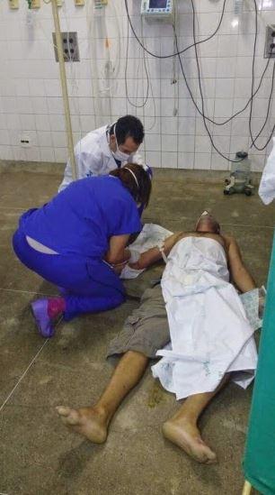 Paciente atendido no chão da UTI do Hospital José Frota, referência estadual cearense em traumatologia. 11 maio 2015