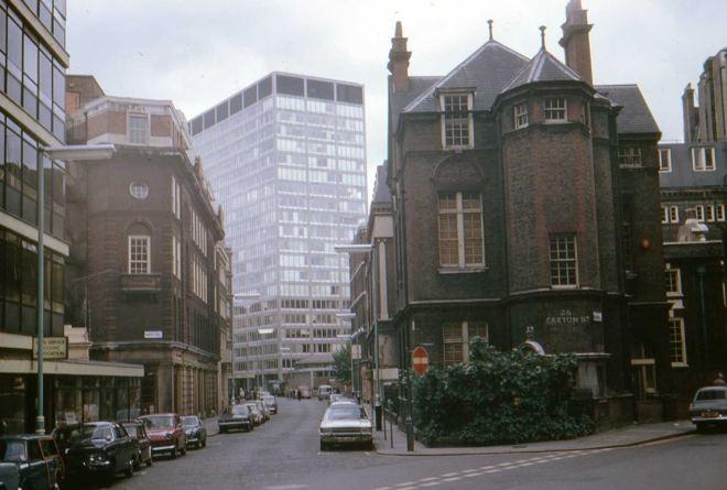Você, prédio, te acho tédio Você, praça, te acho graça Londres, 1972