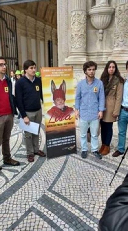 Estudantes da Universidade de Coimbra Lula com orelhas de burro