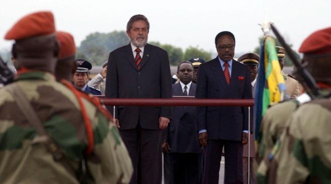 """Lula & Omar Bongo em 2004. Bongo foi """"presidente"""" do Gabão durante 41 anos e meio, até sua morte, quando foi substituído pelo filho."""