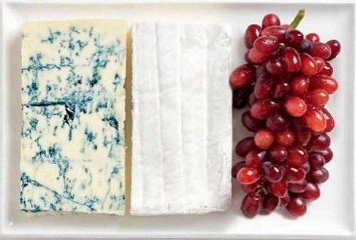 França: queijo Roquefort, queijo Brie e uvas