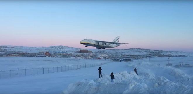 Cargueiro Antonov pousando em Iqaluit - clique para aumentar