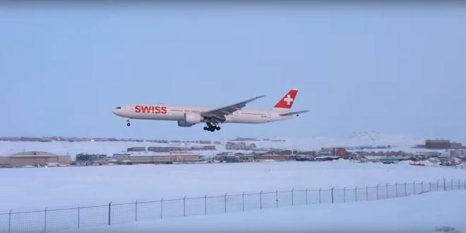 Aparelho 777 da Swiss pousando em Iqaluit